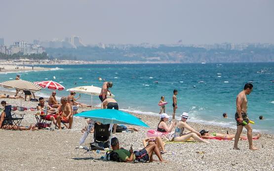 Antalya'da sahillerin tadını yine sadece turistler çıkardı