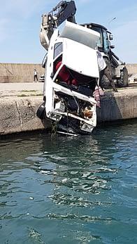 Denize düşen otomobil sürücüsü kendi imkanları ile kurtuldu